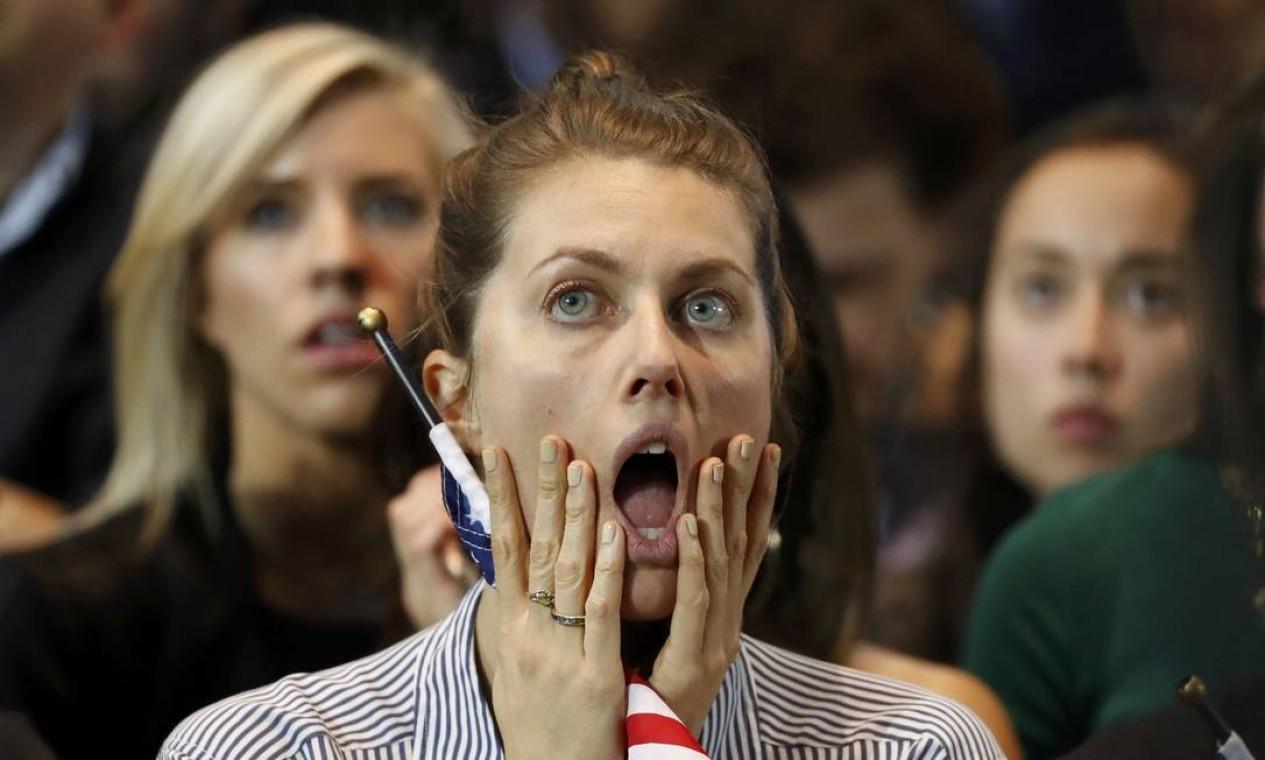 Simpatizante de Hillary Clinton assiste chocada ao avanço de Donald Trump na apuração das urnas Foto: LUCAS JACKSON / REUTERS