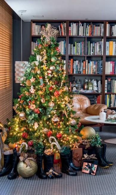 A árvore de Natal vai ser, sempre o centro das atenções. Capriche nela e não esqueça do espaço para presentes - neste caso, as botas substituem os tradicionais sapatinhos Cacá Bratke / Editora Globo