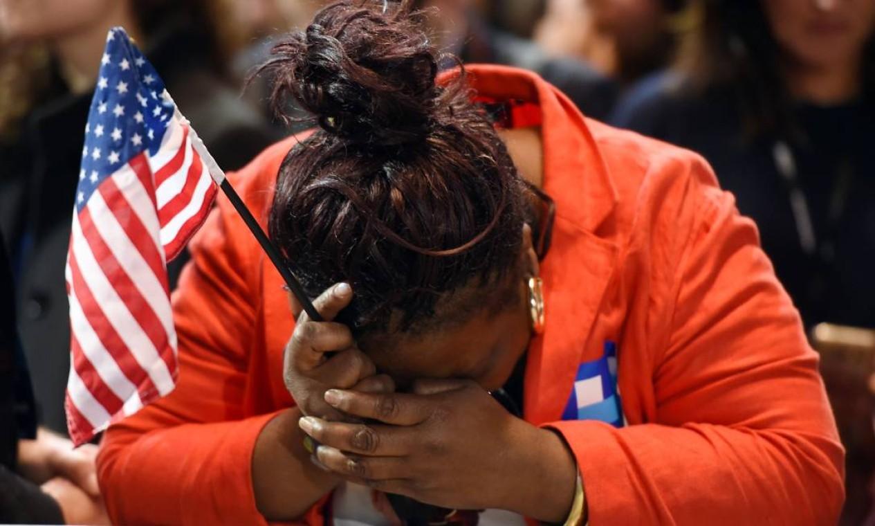 Marta Lunez, eleitora de Hillary Clinton, chora após o resultado das eleições Foto: DON EMMERT / AFP