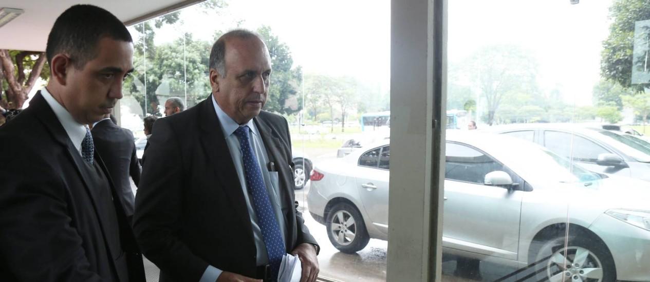 O governador Luiz Fernando Pezão no Ministério da Fazenda Foto: Ailton de Freitas / O Globo