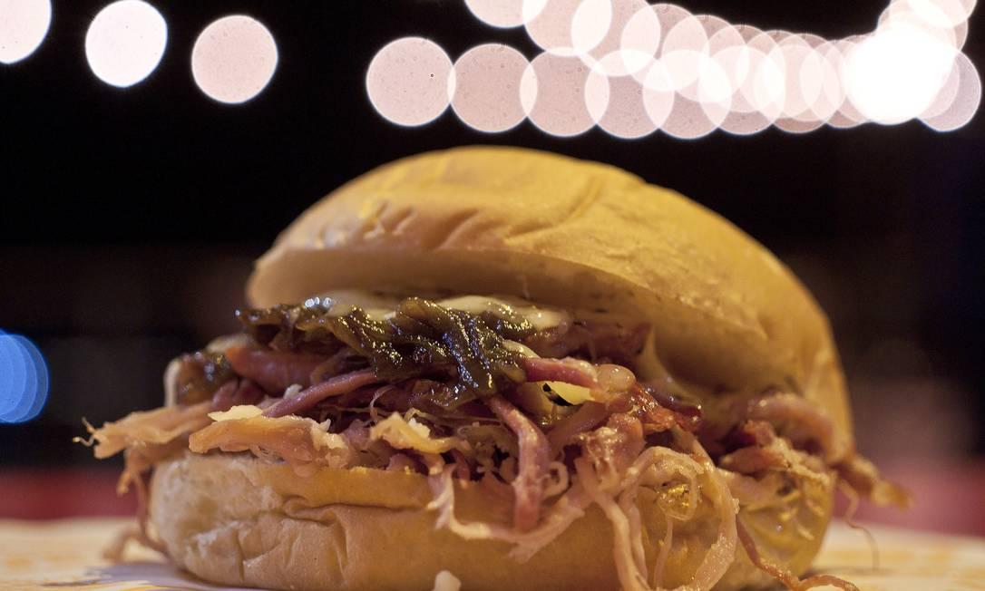 Aconchego Carioca: Sanduba de porquinho com queijo gratinado e cebola caramelizada na cerveja. R$ 25 Adriana Lorete / Agência O Globo