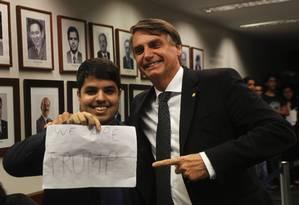Deputado Jair Bolsonaro comemora vitória no Conselho de Ética ao lado de um simpatizante Foto: Givaldo Barbosa / Agência O Globo