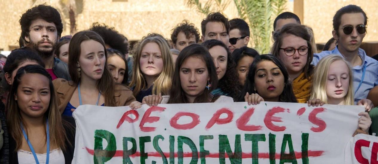 Estudantes americanos fazem manifestação na COP-22 contra a eleição de Trump, vista como um 'desastre' Foto: AFP/FADEL SENNA