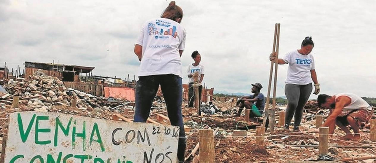 Parceria. Moradores de Jardim Gramacho e voluntários da ONG Teto ajudam na obra Foto: Divulgação/ONG Teto