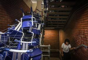 Na UnB, cadeiras formam uma barreira que impede acesso a andares: ocupação dura duas semanas Foto: Agência O Globo / André Coelho