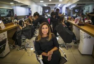 Preços mantidos. Viviane Pinheiro, da Vivi Coiffeur limitou aumentou, facilitou pagamento para manter os clientes Foto: Guito Moreto / Guito Moreto