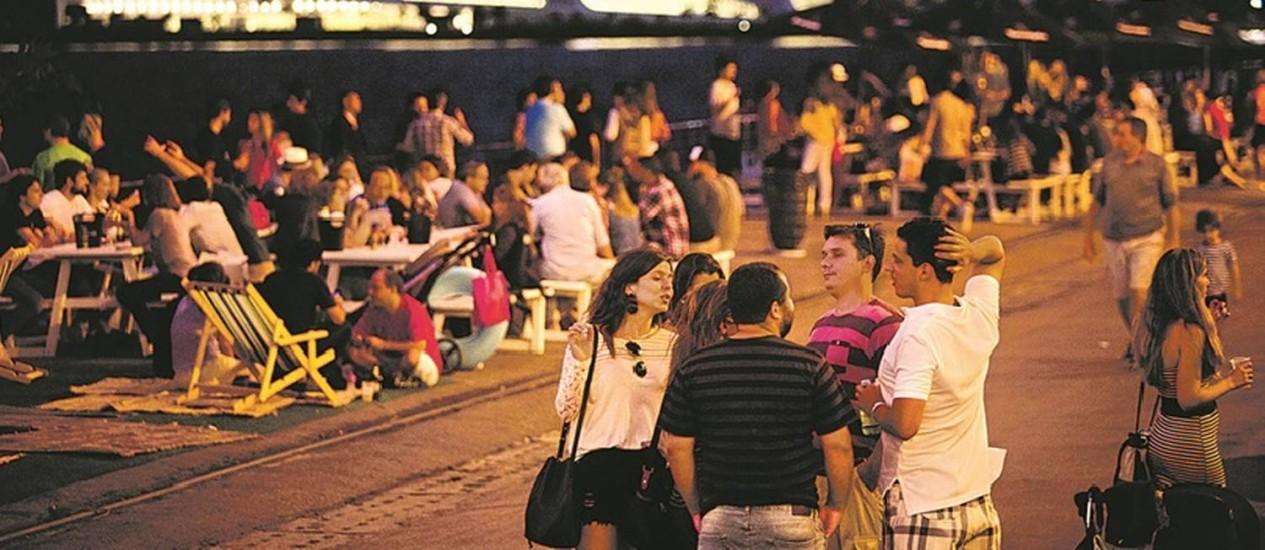 Descontração. Com o Museu do Amanhã como pano de fundo e com o visual da Baía de Guanabara, mesas na área externa do Píer Mauá servem de ponto de encontro para amigos Foto: Fotos de Mônica Imbuzeiro