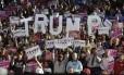 Simpatizantes vibram por Donald Trump em um comício em Raleigh, na Carolina do Norte