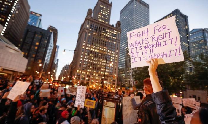 Na rua. Protesto contra Trump toma as ruas de Chicago, na noite de ontem: votos no msão contra a globalização, diz economista Foto: KAMIL KRZACZYNSKI / REUTERS