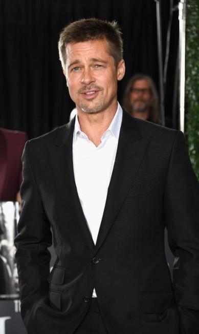 """Pela primeira vez desde o fim do casamento com Angelina Jolie, anunciado em setembro, Brad Pitt deu as caras num tapete vermelho. Ator esteve na noite de quarta-feira na estreia de """"Allied"""", em Hollywood Frazer Harrison / AFP"""