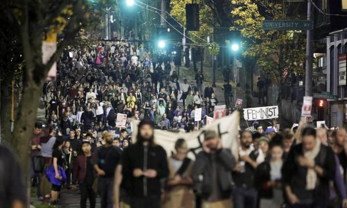 Centenas de pessoas participam de protesto contra a eleição de Donald Trump, em Seattle Foto: JASON REDMOND / REUTERS