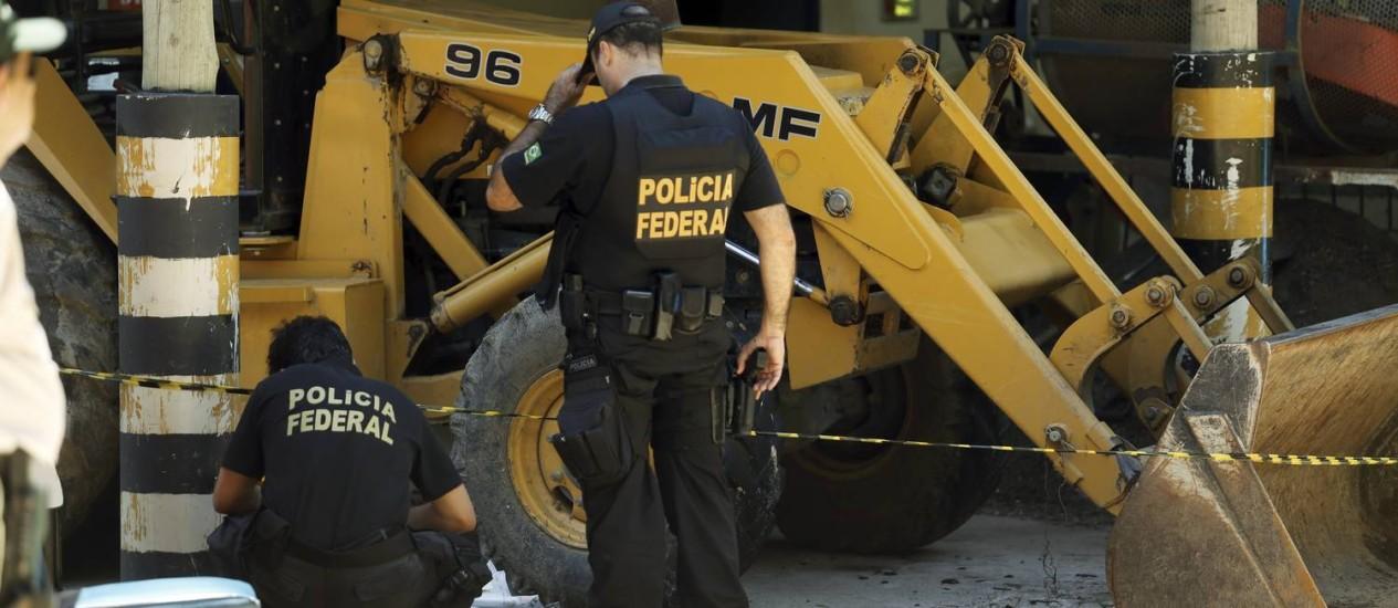 Peritos da Polícia Fderal analisam área que foi atacada no Jardim Botânico Foto: Gabriel de Paiva / Agência O Globo