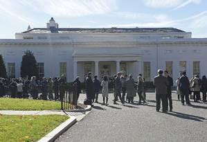 Dezenas de pessoas se reúnem na ala oeste da Casa Branca em Washington, à espera da chegada do presidente eleito Donald Trump Foto: Susan Walsh / AP
