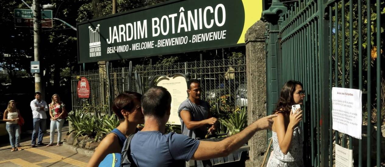 Visitantes procuravam informações com funcionários do Jardim Botânico, que ficou fechado nesta quinta-feira Foto: Gabriel de Paiva / Agência O Globo