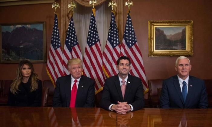 Trump, Ryan (ao centro), Pence e Melania posam para fotos no Capitólio Foto: NICHOLAS KAMM / AFP