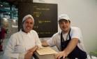 Chef do Capim Santo, Morena Leite experimentou a empanada do quiosque do Lasai, de Rafa Costa e Silva Foto: Adriana Lorete / Agência O Globo