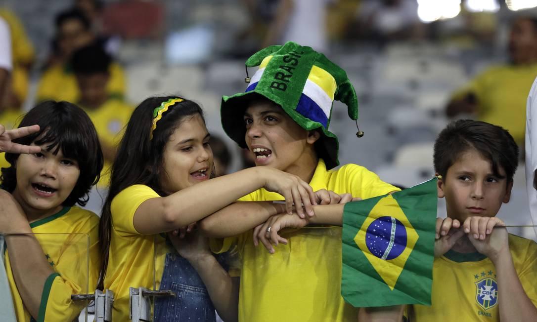 Torcedores aguardam o início do jogo entre Brasil e Argentina no Mineirão Leo Correa / AP