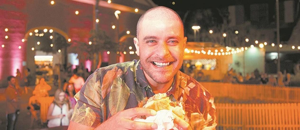 Roda na cozinha. Diogo Nogueira come um sanduíche antes do show, que lotou a área entre os Armazéns Foto: Mônica Imbuzeiro