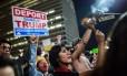 Indignação. Americanos protestam em Los Angeles contra a eleição de Trump: deportação de imigrantes pode custar bilhões aos cofres públicos Foto: DAVID MCNEW/AFP
