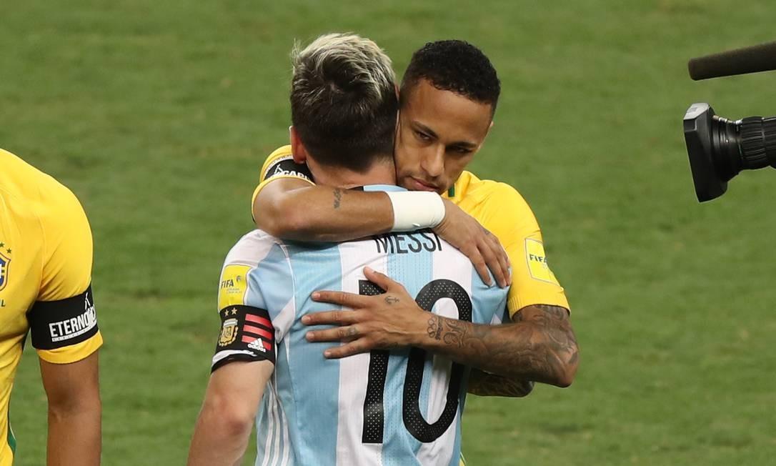 Neymar e Messi se abraçam antes do início do jogo no Mineirão Eugenio Savio / AP