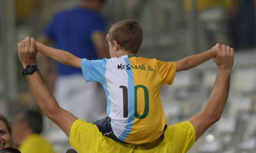 Pequeno torcedor homenageia os principais nomes de Brasil e Argentina: Neymar e Messi DOUGLAS MAGNO / AFP