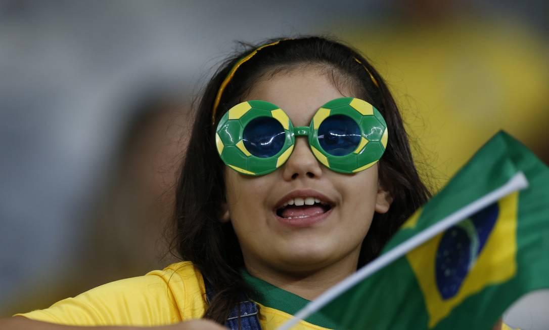 Torcedora do Brasil foi até de óculos nas cores da seleção ao Mineirão Leo Correa / AP