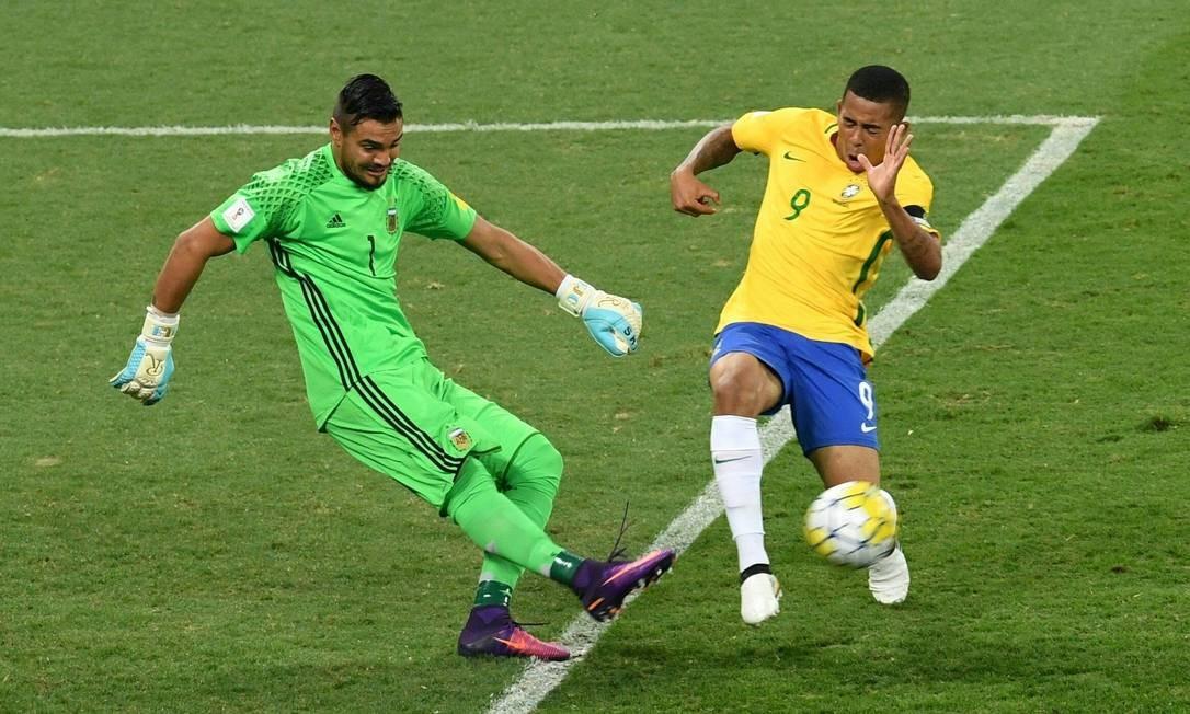 Goleiro Romero divide a bola com Gabriel Jesus EVARISTO SA / AFP