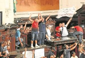 Protesto. Coronel da PM que não impediu a invasão da Alerj foi exonerado Foto: Gabriel de Paiva