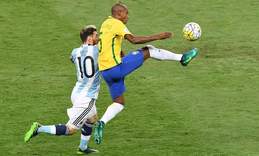 Fernandinho tem trabalho para dominar a bola, marcado por Messi EVARISTO SA / AFP