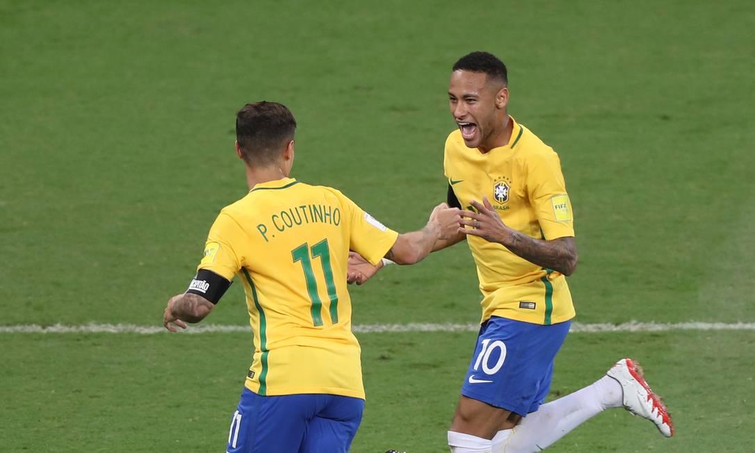 Philippe Coutinho e Neymar comemoram o primeiro gol do Brasil contra a Argentina Eugenio Savio / AP