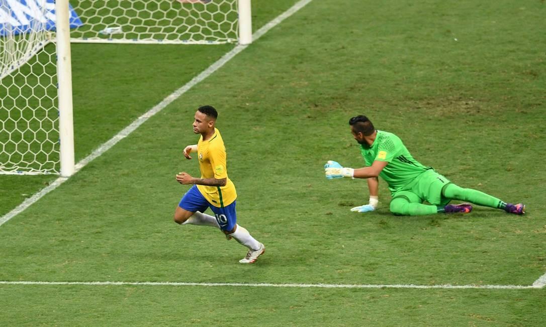 Neymar toca na saída de Romero para fazer o segundo gol do Brasil contra a Argentina EVARISTO SA / AFP
