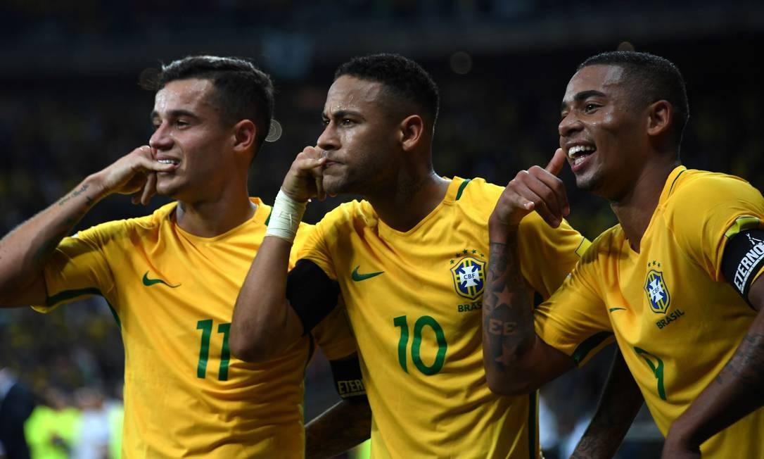 Neymar comemora com Philippe Coutinho e Gabriel Jesus o segundo gol do Brasil sobre a Argentina VANDERLEI ALMEIDA / AFP