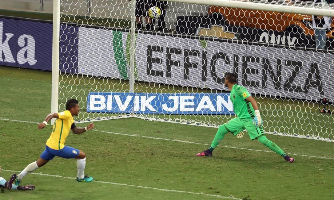 No segundo tempo, Paulinho fez o terceiro gol brasileiro, diante de um atônito Romero Eugenio Savio / AP