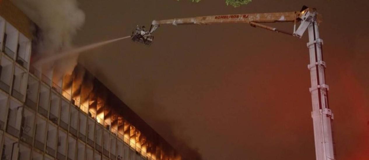 Bombeiros combatem incêndio em prédio da reitoria da UFRJ Foto: Marcelo Carnaval / Agência O Globo
