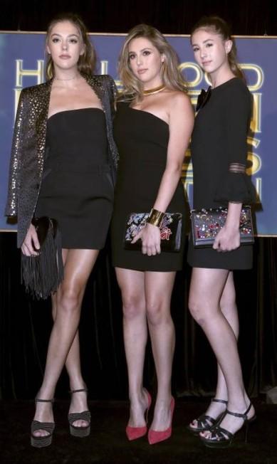 Palmas para Silvester Stallone e Jennifer Flavin! As filhas do casal, Sistine, Sophia e Scarlet Stallone (da esquerda para a direita) foram escolhidas para o cargo de Miss Golden Globe 2017 na noite de quinta-feira, em Los Angeles John Salangsang/Invision/AP