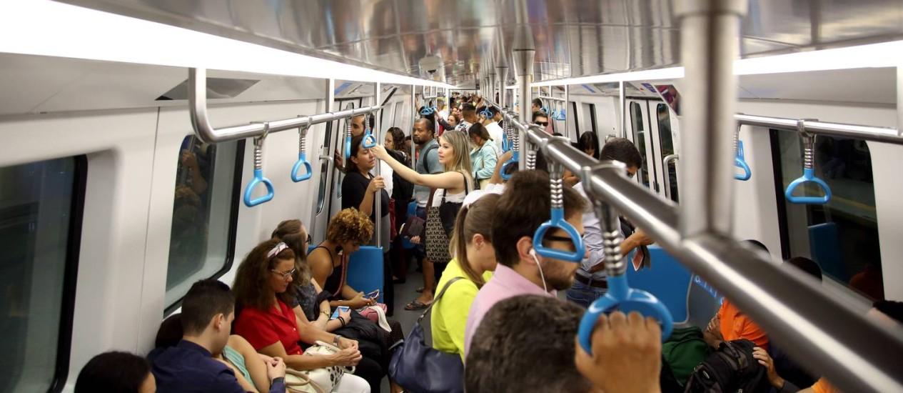 Passageiros em trem da Linha 4 do metrô Foto: Custódio Coimbra / Agência O Globo