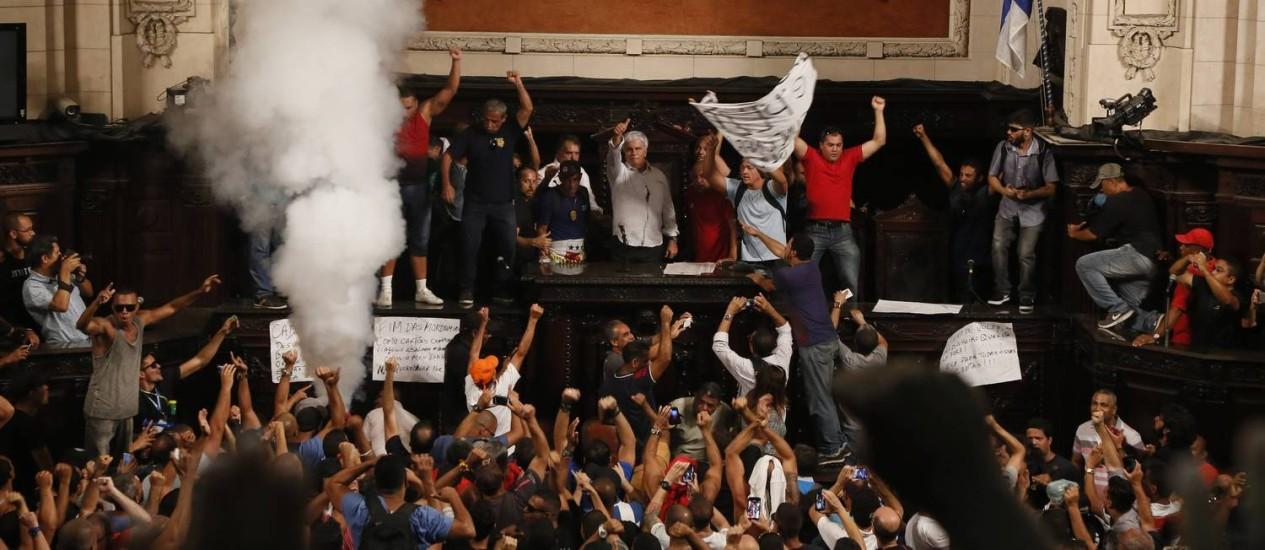 Servidores da área de segurança invadem plenário da Alerj contra pacote de ajuste do governo do estado Foto: Pablo Jacob / O Globo