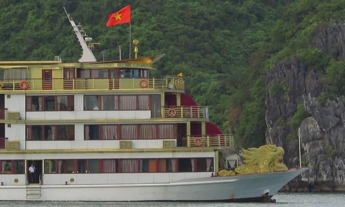 Barco em Halong Bay, no Vietnã. Dica é pagar um pouco mais em nome do conforto a bordo Foto: Juarez Becoza
