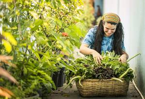A agricultora orgânica Vanessa cultiva Plantas Alimentícias Não Convencionais, conhecidas como PANCs, e as vende em feiras de Campo Grande e na UFRJ Foto: Barbara Lopes / Agência O Globo