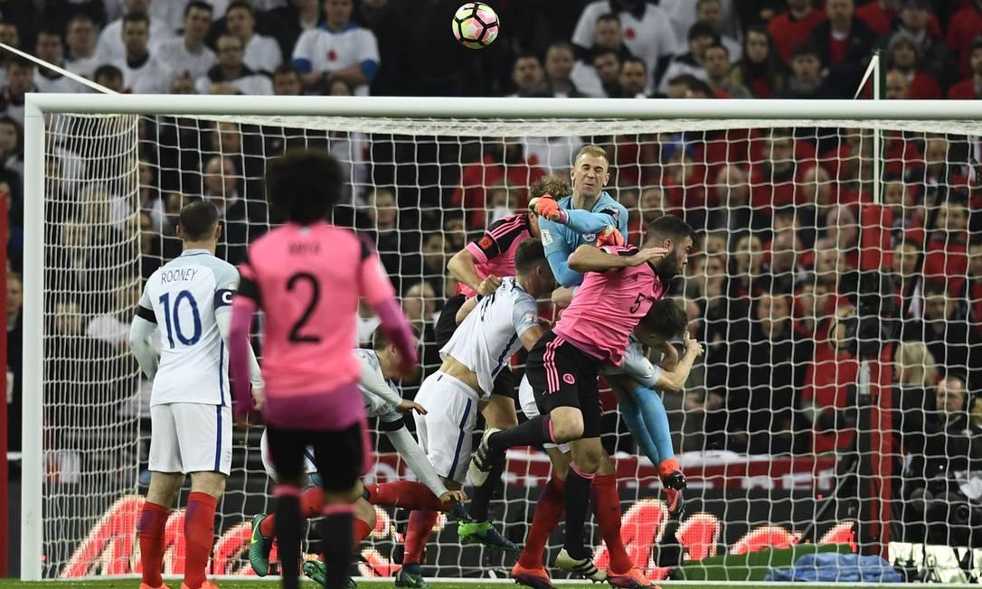 No Estádio Wembley, em Londres, Inglaterra x Escócia, pelo Grupo F: o goleiro inglês Joe Hart sai de soco e afasta a bola da pequena área Dylan Martinez / REUTERS