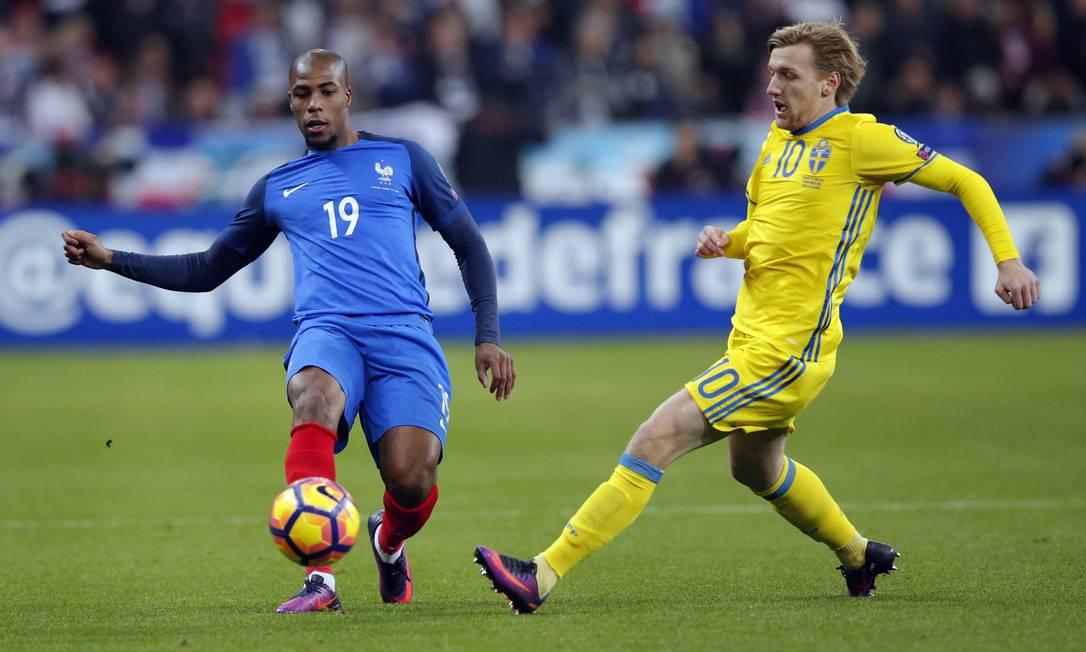 No Estádio da França, em Paris, a seleção francesa, de Djibril Sidibe (19), enfrenta a Suécia, de Emil Forsberg (10), em jogo do Grupo A das eliminatórias na Europa para a Copa do Mundo de 2018, na Rússia Christophe Ena / AP