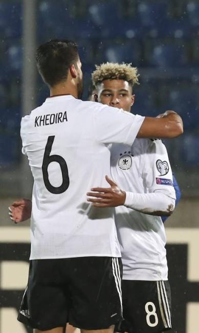 Khedira e Gnabry comemoram gol da Alemanha sobre San Marino em jogo fora de casa, pelo Grupo C STEFANO RELLANDINI / REUTERS