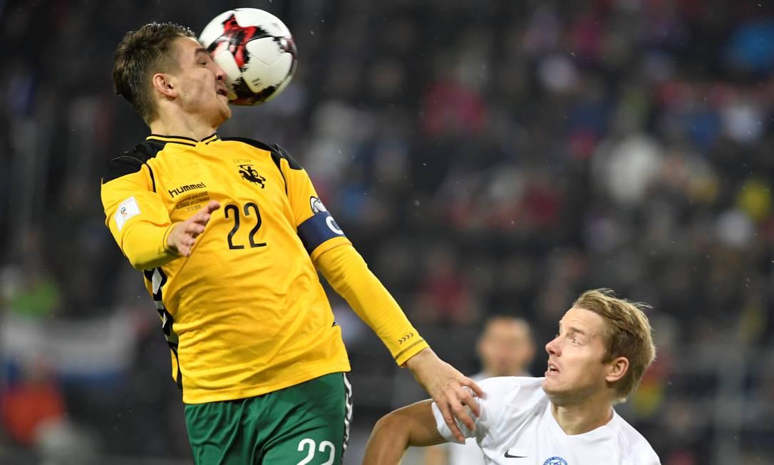 Tomas Hubocan, da Eslováquia, dá uma narigada na bola diante de Fiodor Cernych, da Lituânia, em partida do Grupo F das eliminatórias na Europa na cidade eslovaca de Trnava RADOVAN STOKLASA / REUTERS
