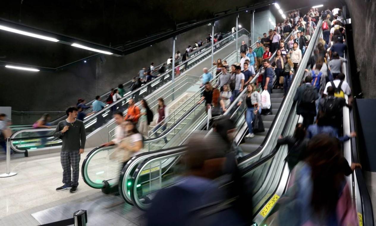 Nessa fase ainda experimental, a grande escada rolante (uma das maiores do mundo) na transição das linhas 1 e 4 é como uma montanha russa para o desconhecido. Foto: Custódio Coimbra / Agência O Globo