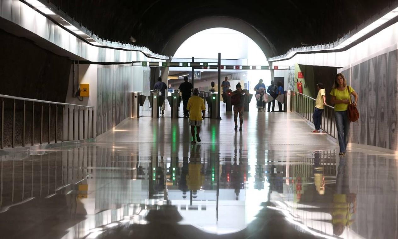 Grandes vãos com ousadias arquitetônicas e reflexos de luz natural e artificial fazem parte do panorama da Linha 4. Foto: Custódio Coimbra / Agência O Globo