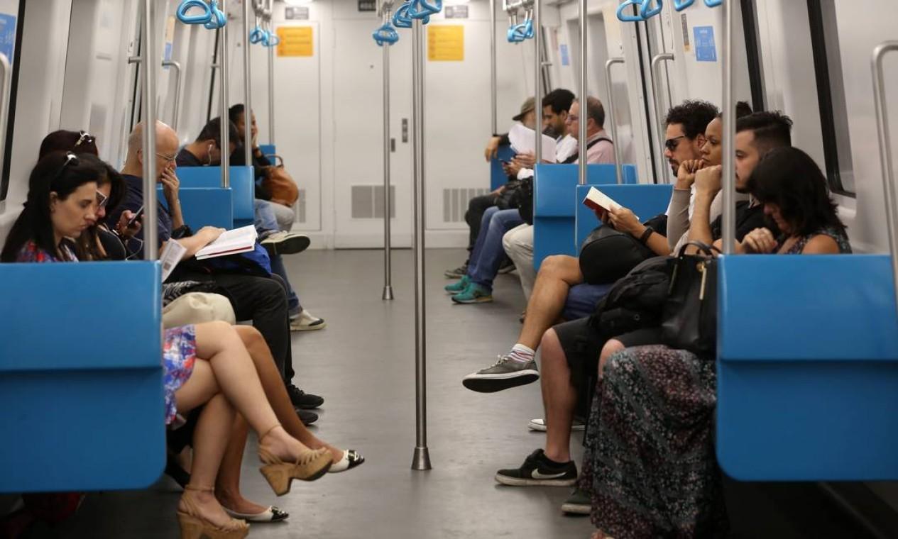 Milagre: num mesmo vagão, oito pessoas leem livros. Celulares? O que é isso? Ninguém sabe, ninguém viu. Foto: Custódio Coimbra / Agência O Globo