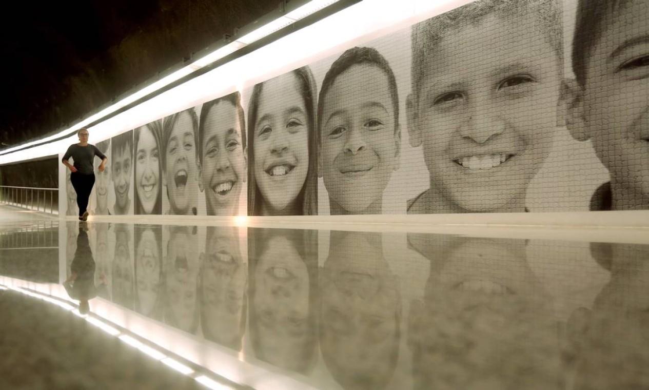 Na estação de São Conrado, que vai dar, de um lado, na Rocinha, e de outro, na avenida Aquarela do Brasil (com seus prédios de classe média-alta), um longo mural com rostos de crianças sorridentes mostram a diversidade carioca sob uma tônica otimista. Foto: Custódio Coimbra / Agência O Globo