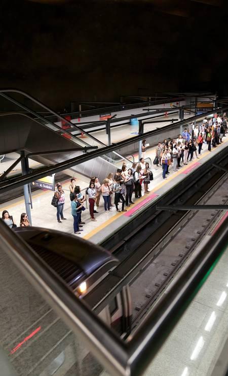 A linha 4 atualmente transporta 100 mil pessoas por dia mas, a partir de dezembro, quando funcionará em horário integral (como as linhas 1 e 2) e aos domingos, a previsão é de que o movimento triplique. Foto: Custódio Coimbra / Agência O Globo
