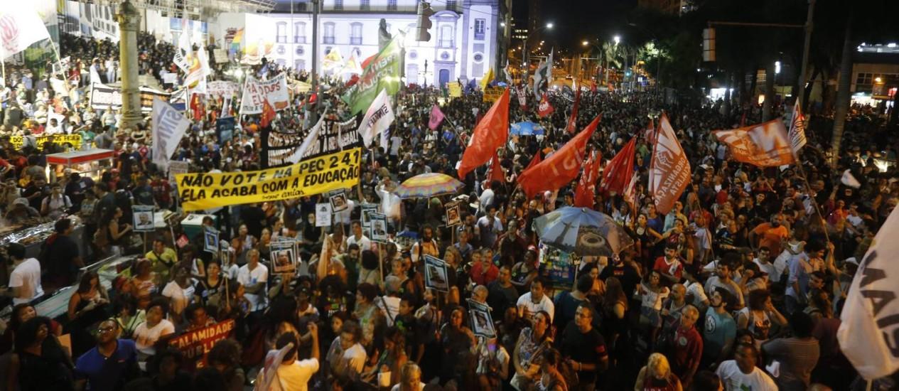 Protesto de de funcionários públicos lotou o centro da cidade Foto: Marcelo Carnaval / Agência O Globo