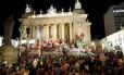 Protesto. Manifestantes ocupam escadarias da Alerj com faixas contra a presidente Dilma Rousseff e o governador Sérgio Cabral